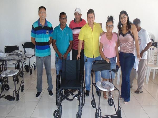 Entrega de cadeiras de roda e banho entre outros equipamentos