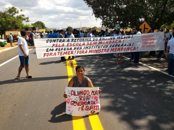 Manifestantes fecham a BR 230 de Oeiras em protesto contra a PEC 55