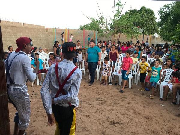 Prefeito e primeira-dama realizam brincadeiras em comemoração ao dia das crianças