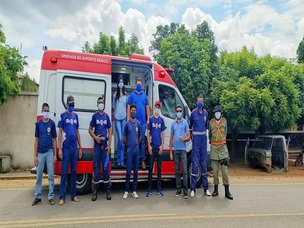 Entrega de uma ambulância para o SAMU