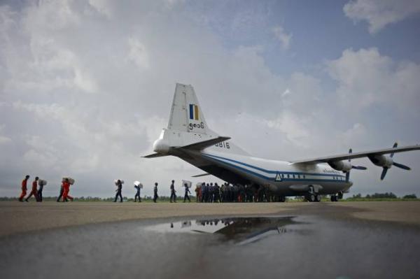 Mianmar recupera três corpos em avião militar que caiu no mar